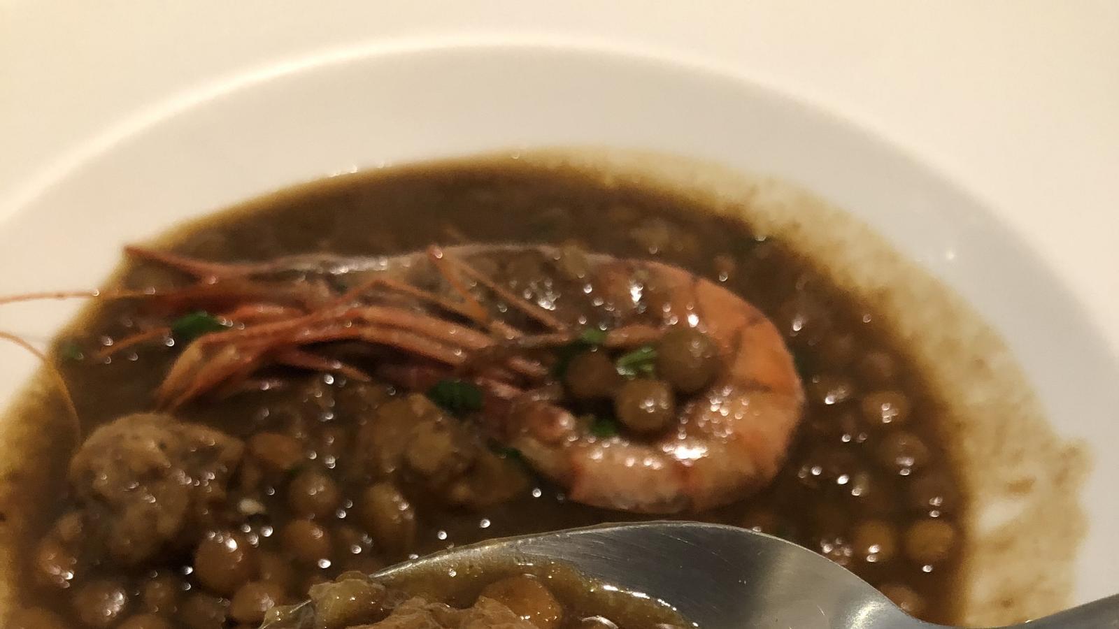 'Catxoflino' de llenties, mandonguilles i gambes del restaurant La Xicra / TRINITAT GILBERT MARTINEZ