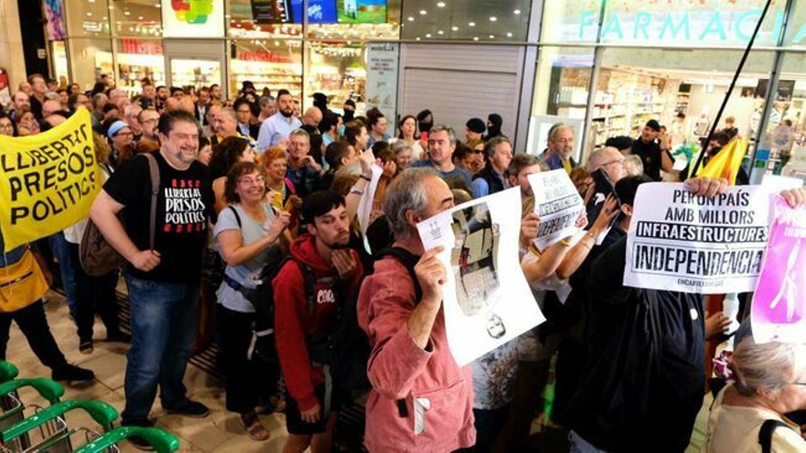 Primera acció abans de la sentència: centenars de persones es manifesten a Sants i recorren el centre de Barcelona