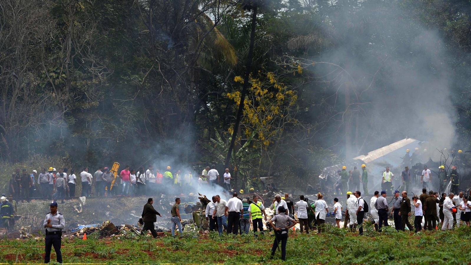 Personal d'emergències treballant al lloc on es va estavellar l'avió, a prop de l'aeroport internacional de l'Havana.