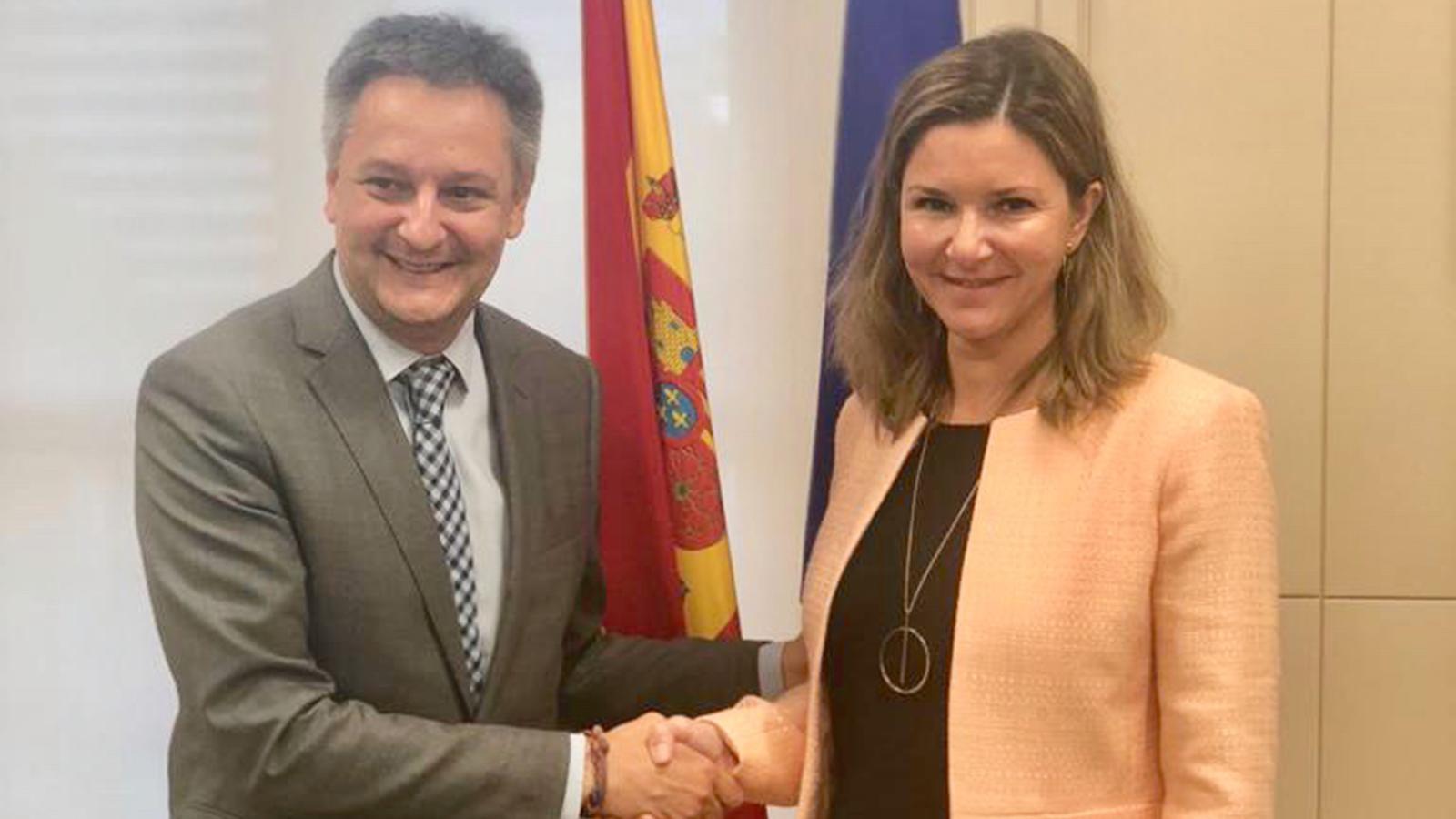 El ministre d'Economia, Competitivitat i Innovació, Gilbert Saboya, i la secertària general de Transports espanyola, María José Rayo. / SFG