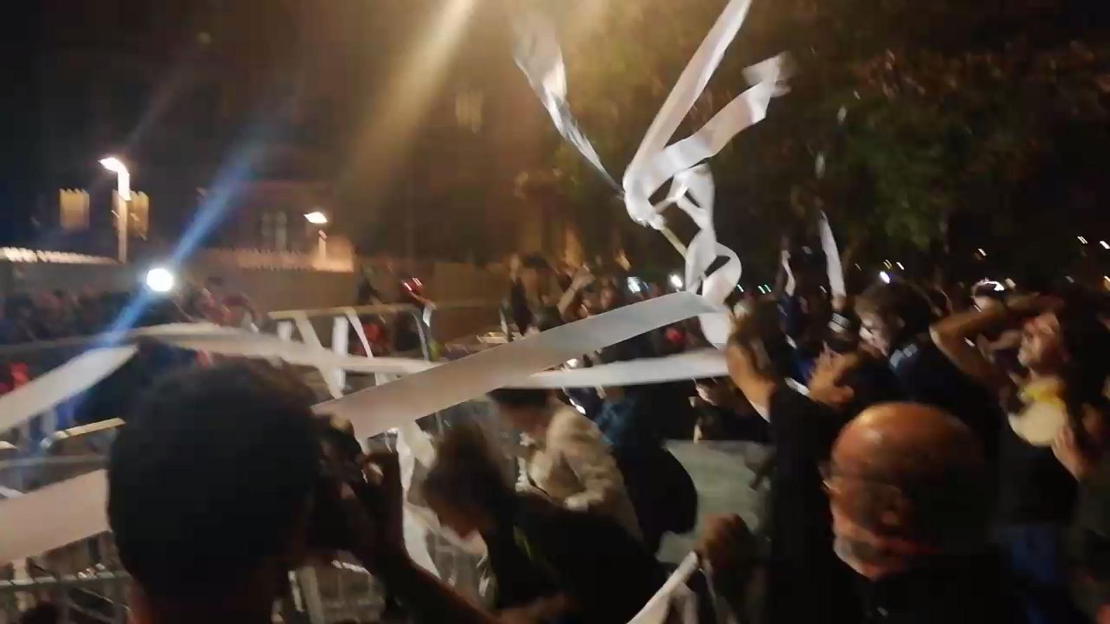 """Els manifestants llancen paper de vàter a la conselleria d'Interior i criden """"Buch dimissió"""""""