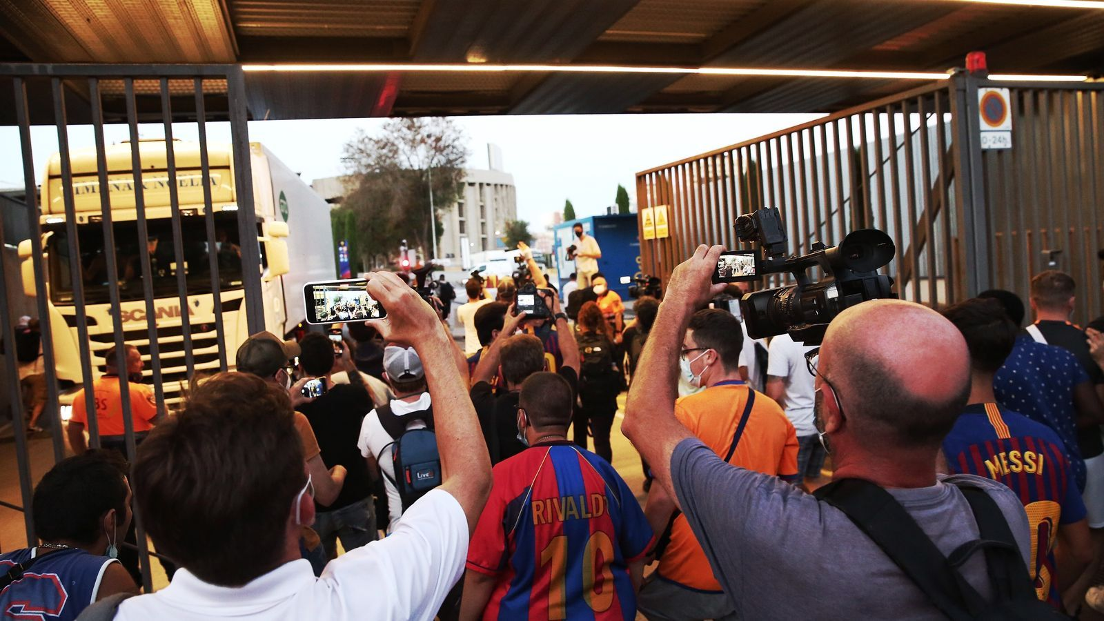 Un grup d'aficionats es manifesta contra Bartomeu a les portes del Camp Nou