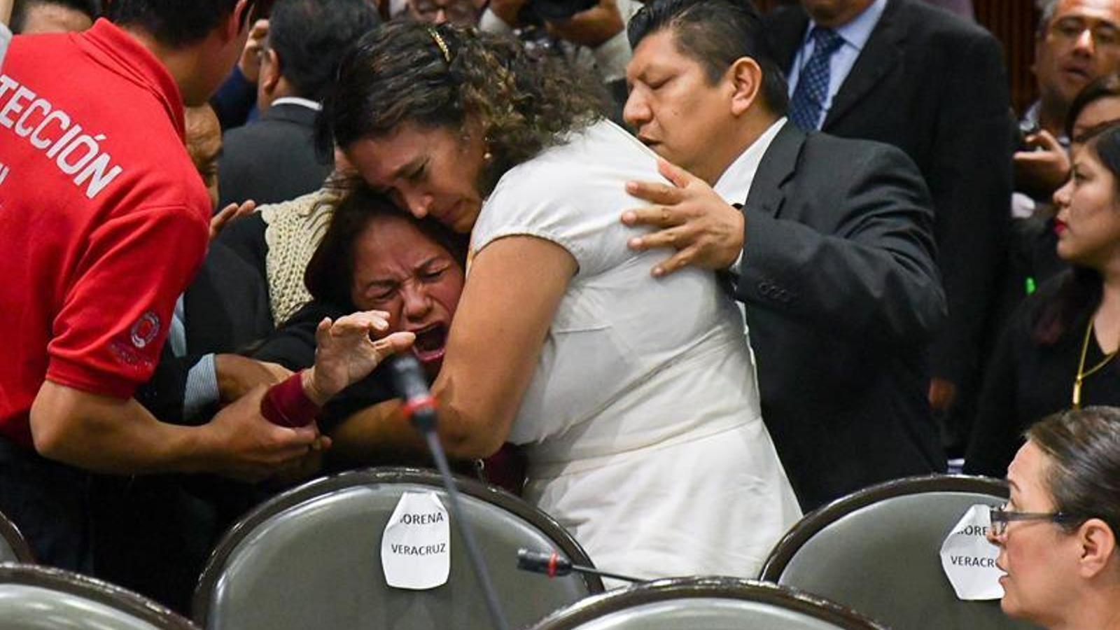 Una diputada consola Carmen Medel en assabentar-se que la seva filla ha sigut assassinada / EFE