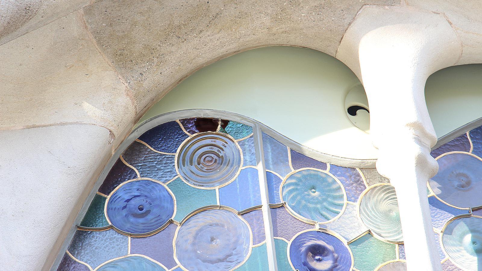 Imatge del forat que ha fet una pedra als vitralls de la Casa Batlló