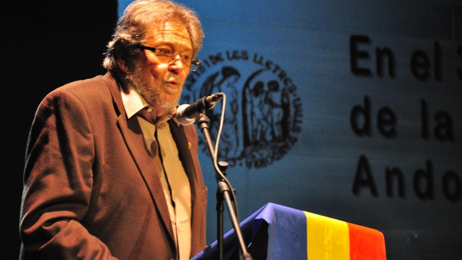 Josep Anton Rosell, en una imatge del 2012 recollint el Premi Tristaina de Periodisme. / Arxiu ANA