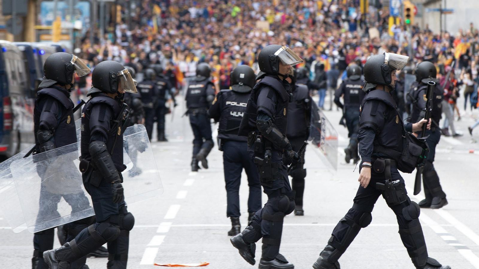 Els Mossos eleven a 54 el nombre de detinguts en la cinquena nit d'aldarulls a Catalunya