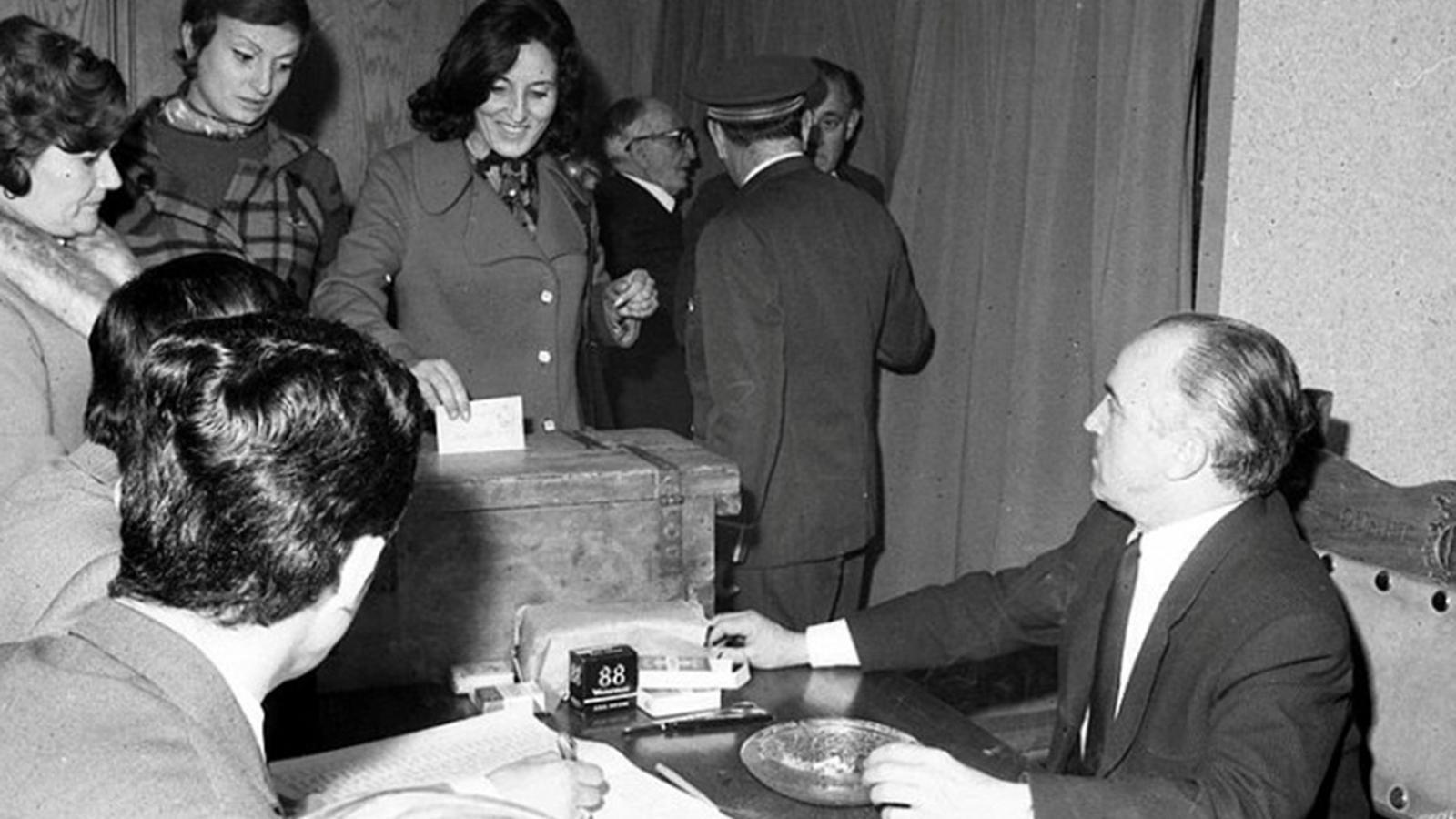 Joan Armengol, presidint la taula en les eleccions en què les dones van votar per primer cop. / COMÚ D'ANDORRA LA VELLA