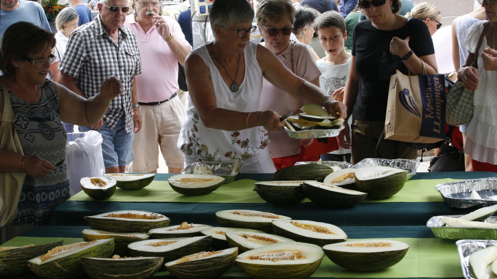 Molts visitants s'han acostat el punts de degustació gratuïta de meló.