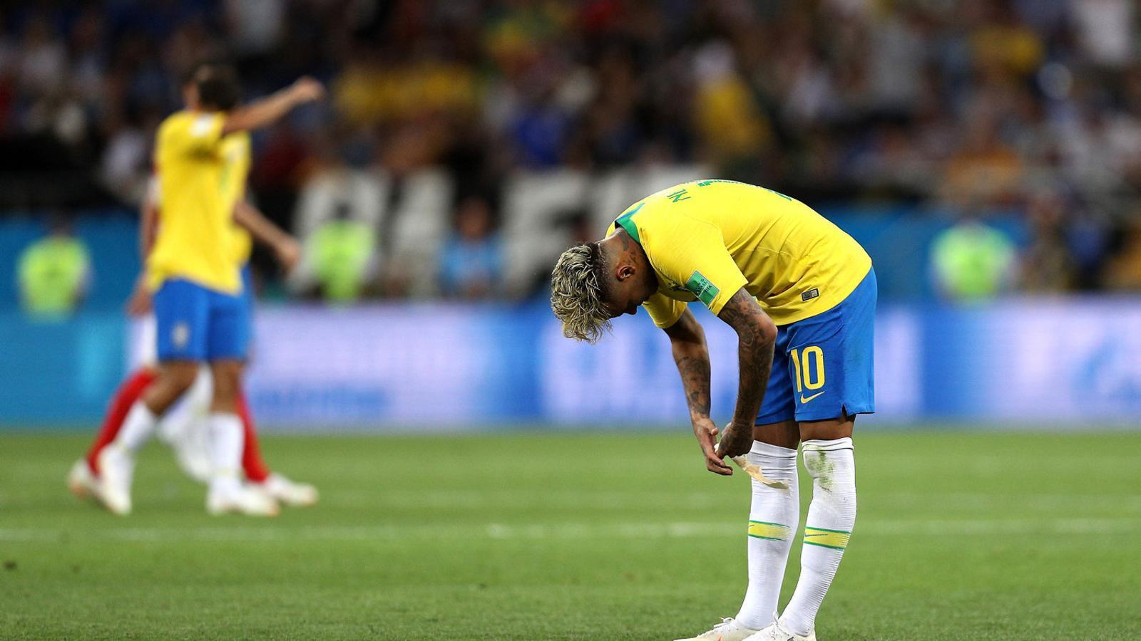Neymar escenificant la seva decepció en no passar de l'empat contra Suïssa.