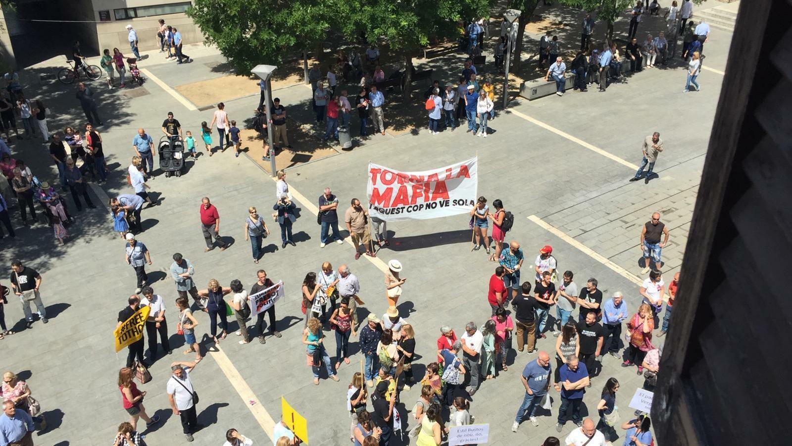 Protesta de col·lectius independentistes davant de l'Ajuntament de Sabadell