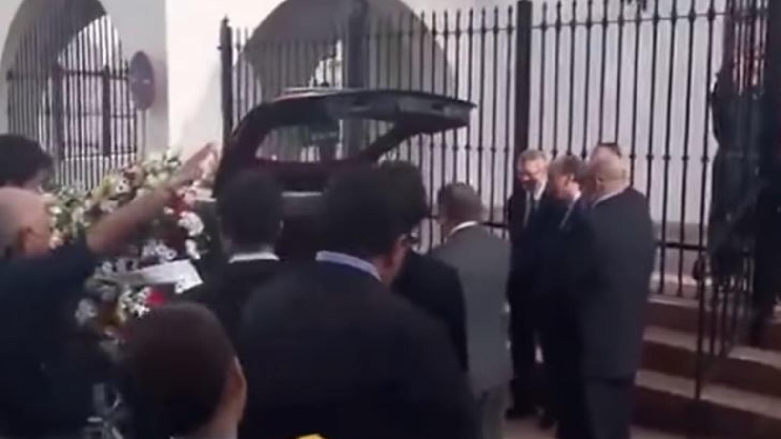 Franquistes cantant el 'Cara el sol' al funeral d'Utrera Molina