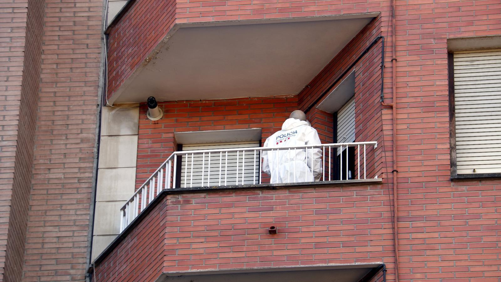 Un efectiu de la policia científica dels Mossos al balcó del pis de l'avinguda de les Garrigues de Lleida on ha tingut lloc l'homicidi