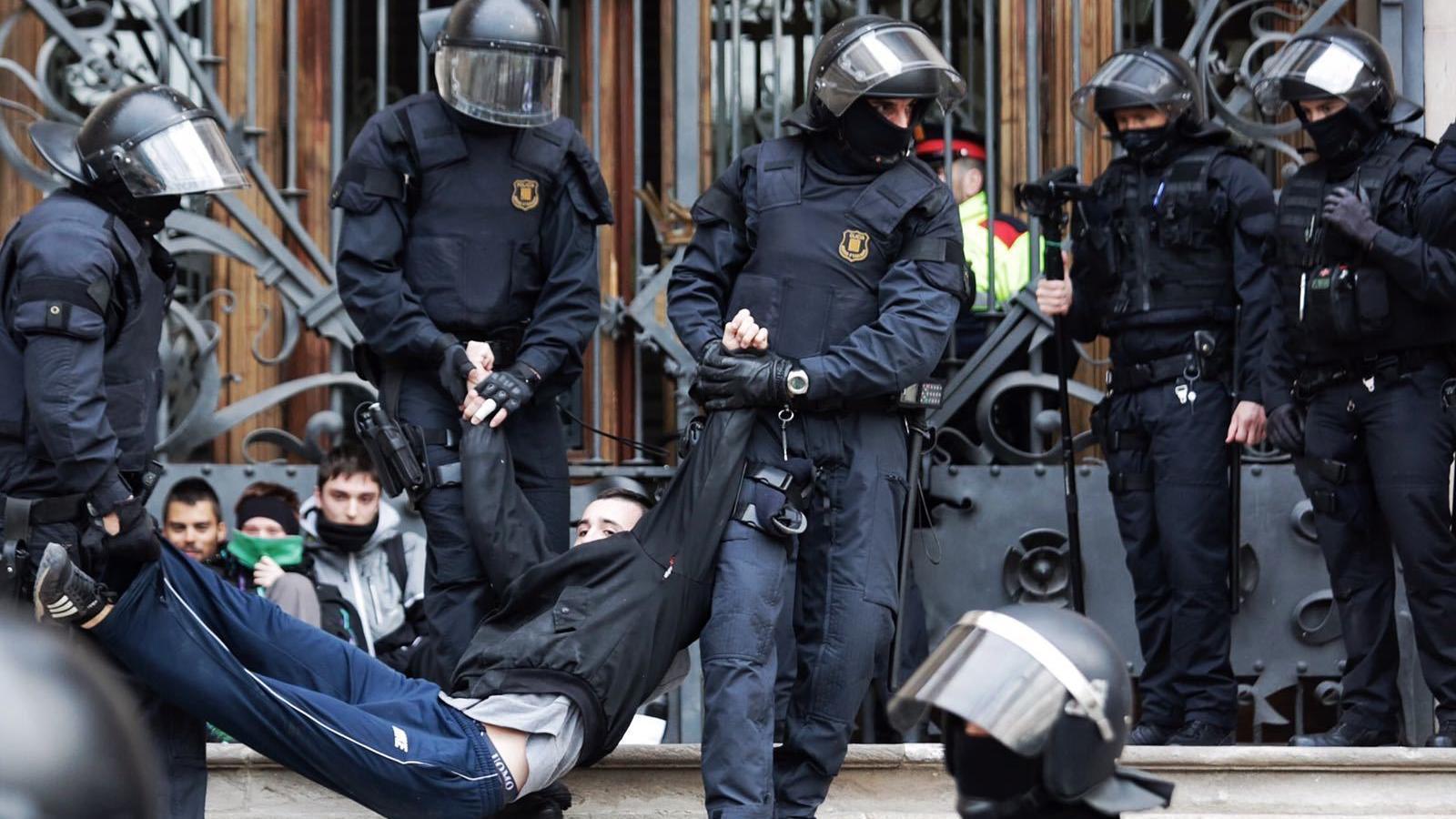 Els mossos desallotgen centenars de persones encadenades a les portes del TSJC