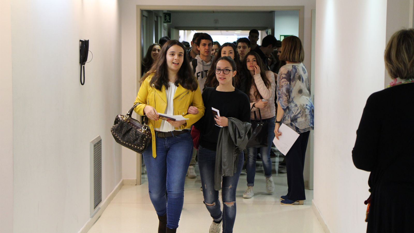 Alumnes abans d'entrar als exàmens de la convocatòria anterior. / ARXIU