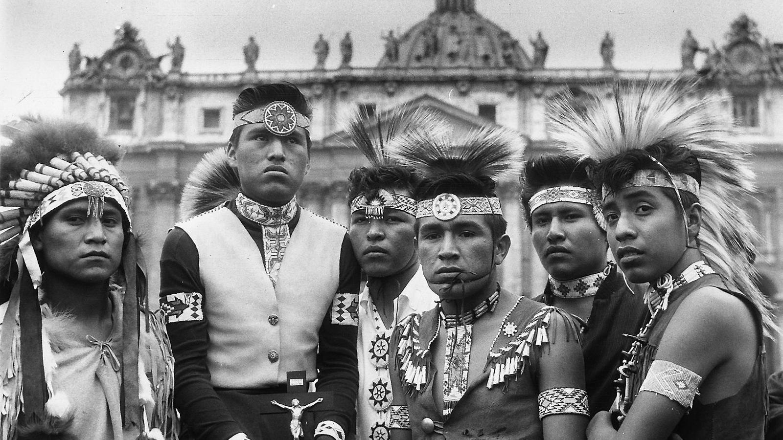 01. Una imatge del boteiro del Carnaval de Viana do Bolo copiat per Dolce&Gabbana. 02. Una imatge del 1961 d'un grup d'indis navajos, una tribu que ha demandat Urban Outfitters per ús impropi dels seus símbols.  03 i 04. Un grup d'indis de la tribu haida d'Alaska, que han emprès accions contra una web de moda per vendre jerseis que imiten les seves robes.