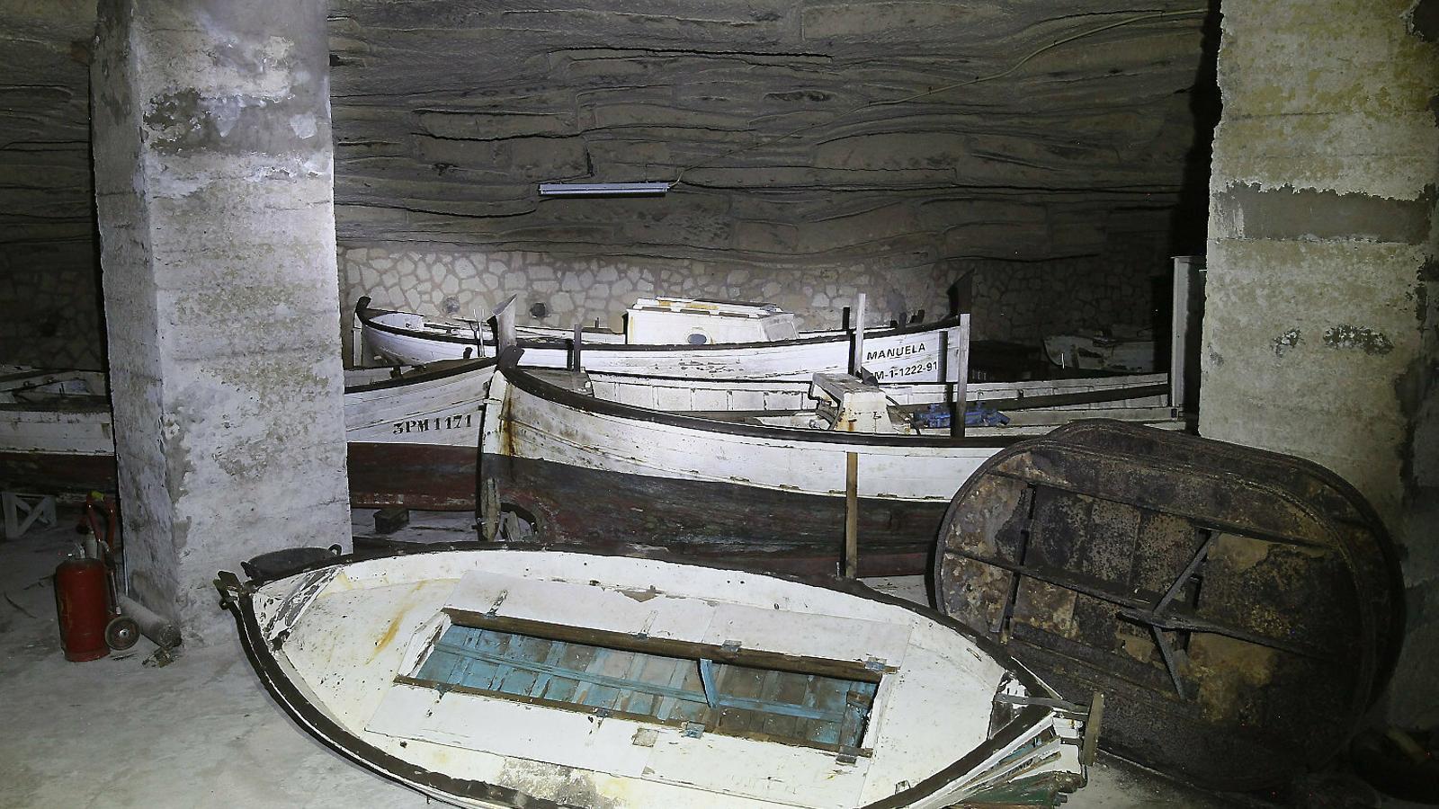 Embarcacions tradicionals guardades a les coves de Bellver, que l'Associació d'Amics del Museu Marítim ha recuperat durant els darrers vint anys arreu de Mallorca