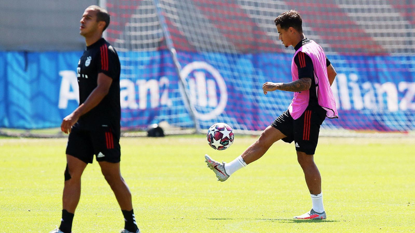 Coutinho entrenant a Portugal al costat de Thiago Alcántara.