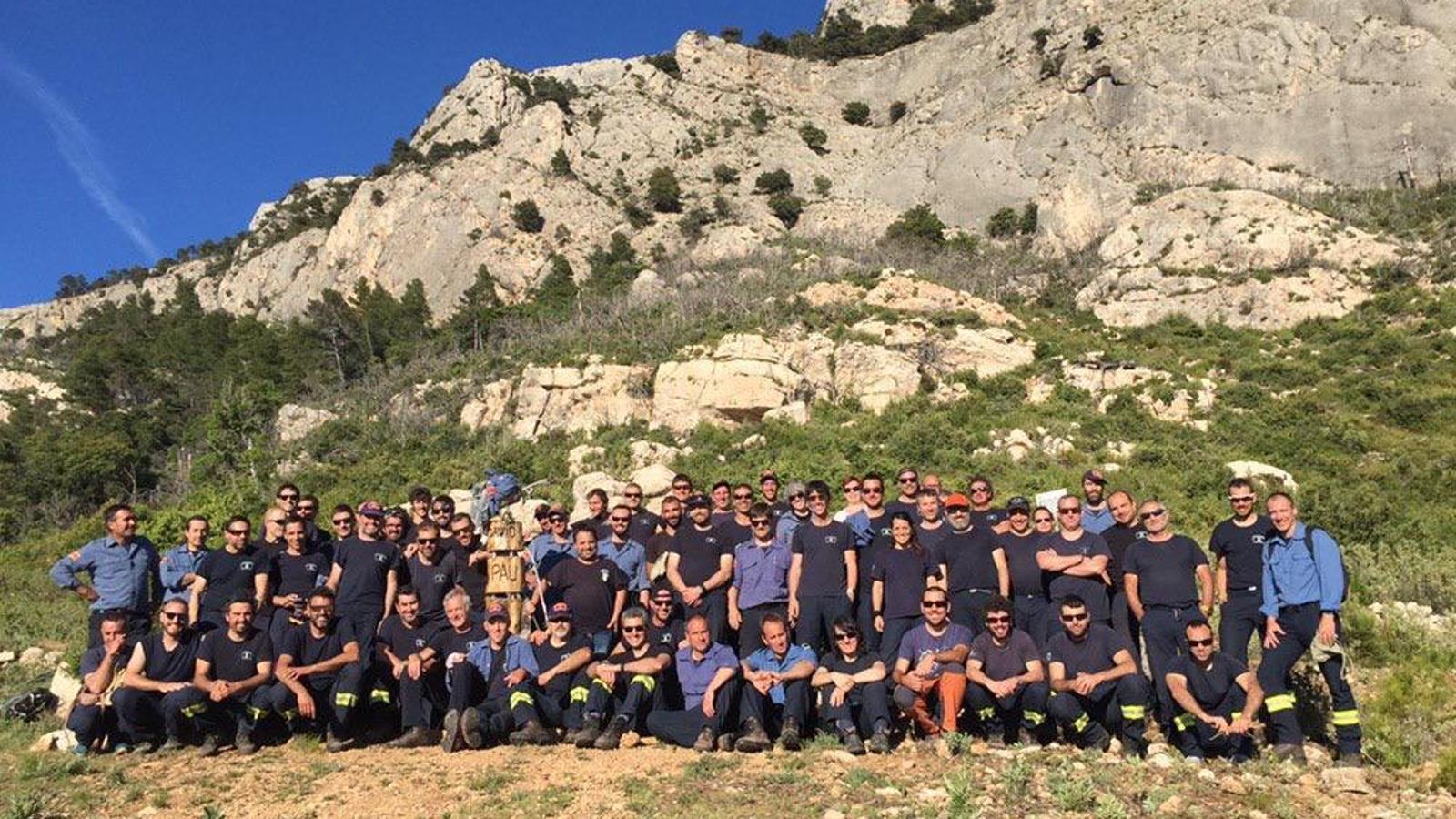 Josep Pallàs i un grup de bombers a Horta de Sant Joan el 2019