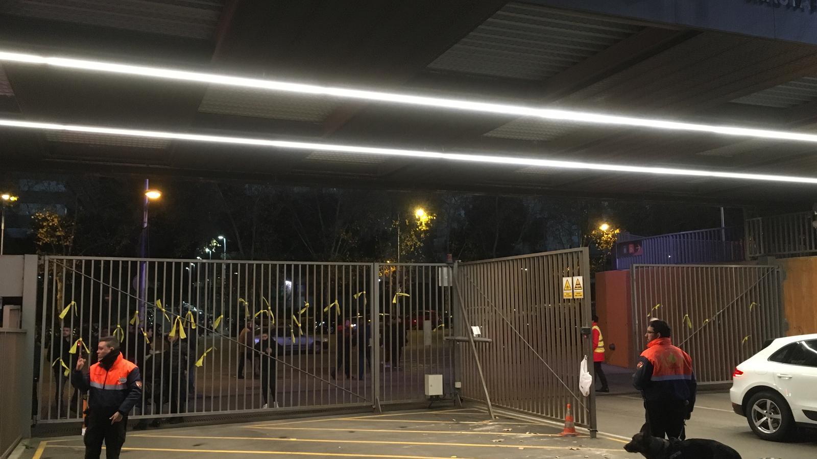 El Camp Nou apareix envoltat de llaços grocs