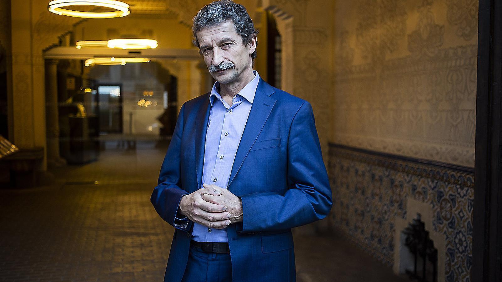El professor de la Universitat de Salzburg Josef Trappel minuts abans de la seva conferència al Palau Macaya de Barcelona.