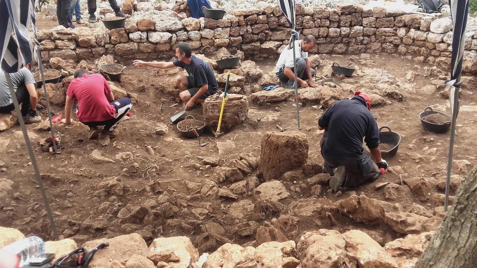 Enmig del nou habitacle descobert s'hi situen dues pedres de columneta d'un possible altar.
