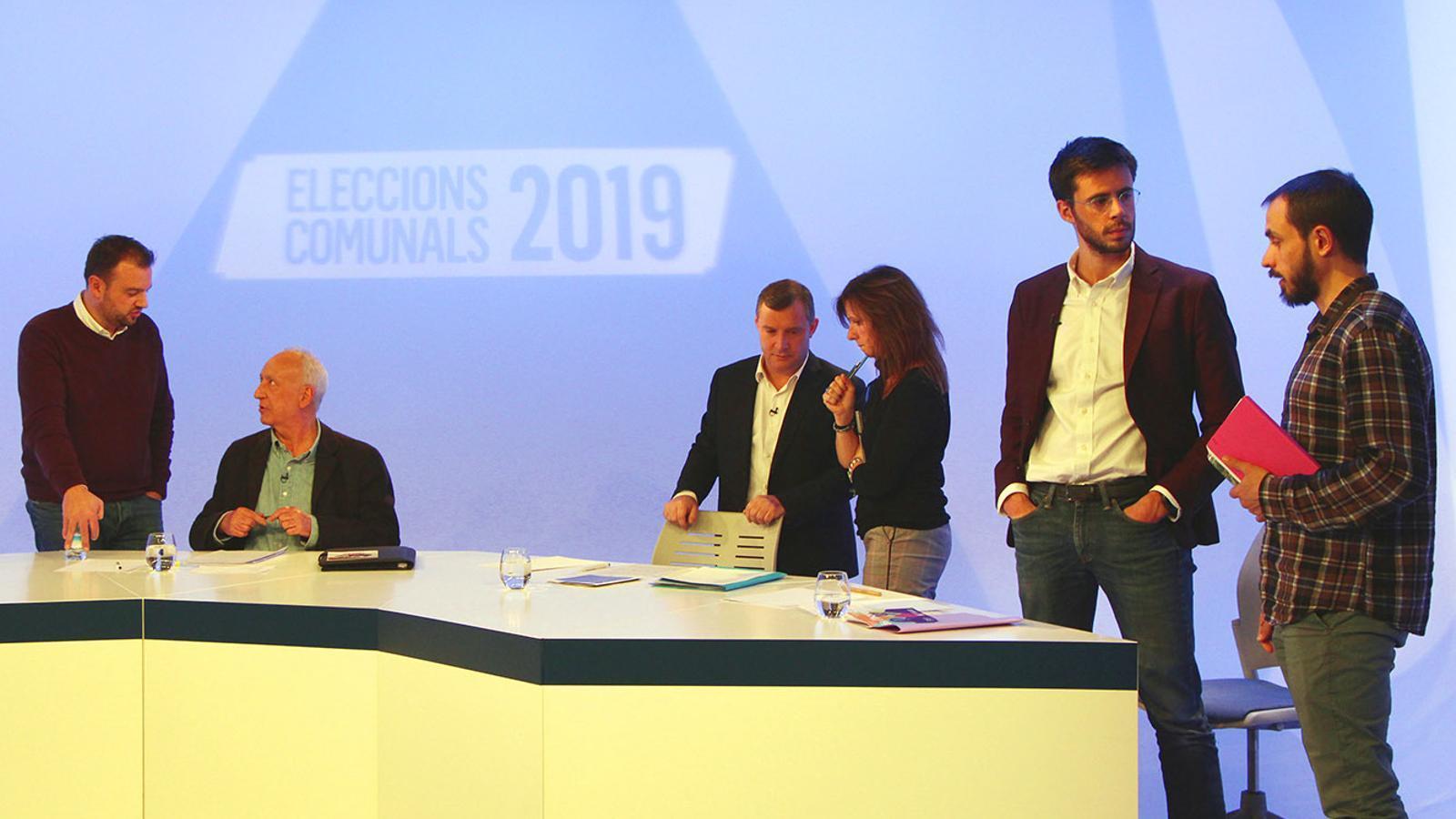 Els tres candidats a Sant Julià de Lòria, Joan Travesset (Units pel Canvi); Josep Majoral (Terceravia+Unió Laurediana+Independents) i Cerni Cairat (Desperta Laurèdia) amb assessors i companys de candidatura abans de l'inici del debat. / M. F.