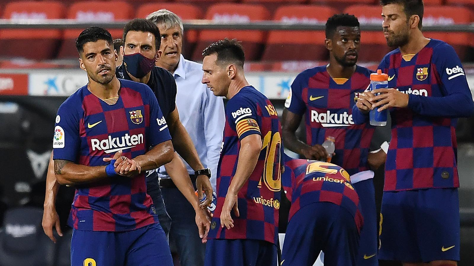 Eder Sarabia donant indicacions a Luis Suárez durant una pausa d'hidratació. L'uruguaià no va aconseguir marcar contra l'Atlètic de Madrid.