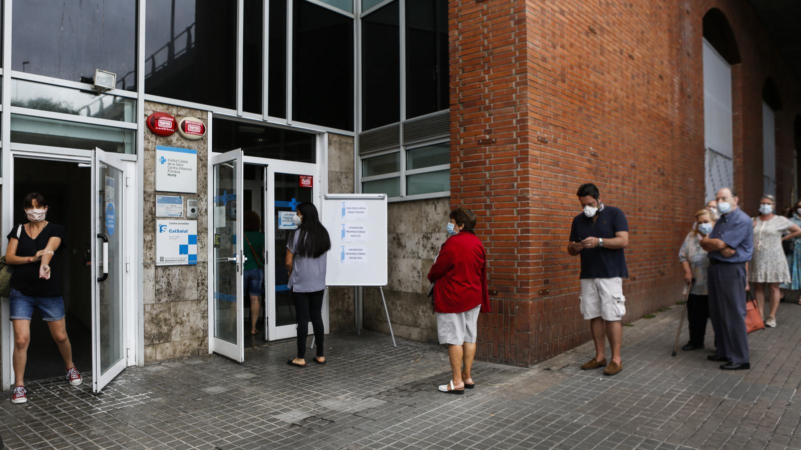 Cues d usuaris al CAP Horta, de Barcelona, el matí de divendres