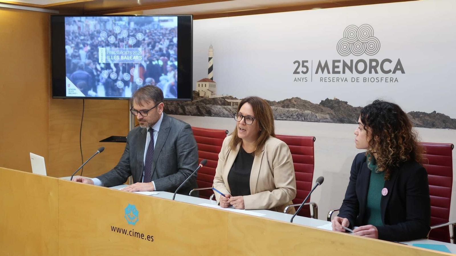 La presidenta Susana Mora i la consellera d'Hisenda del Govern Balear, Rosario Sánchez han detallat els pressupostos.