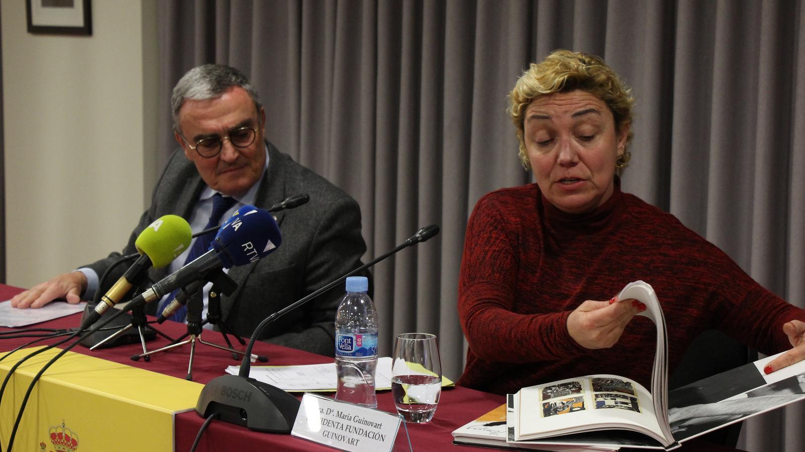 Maria Guinovart, presidenta de la Fundació Guinovart, explica alguna de les obres de l'autor. / M. R. F.