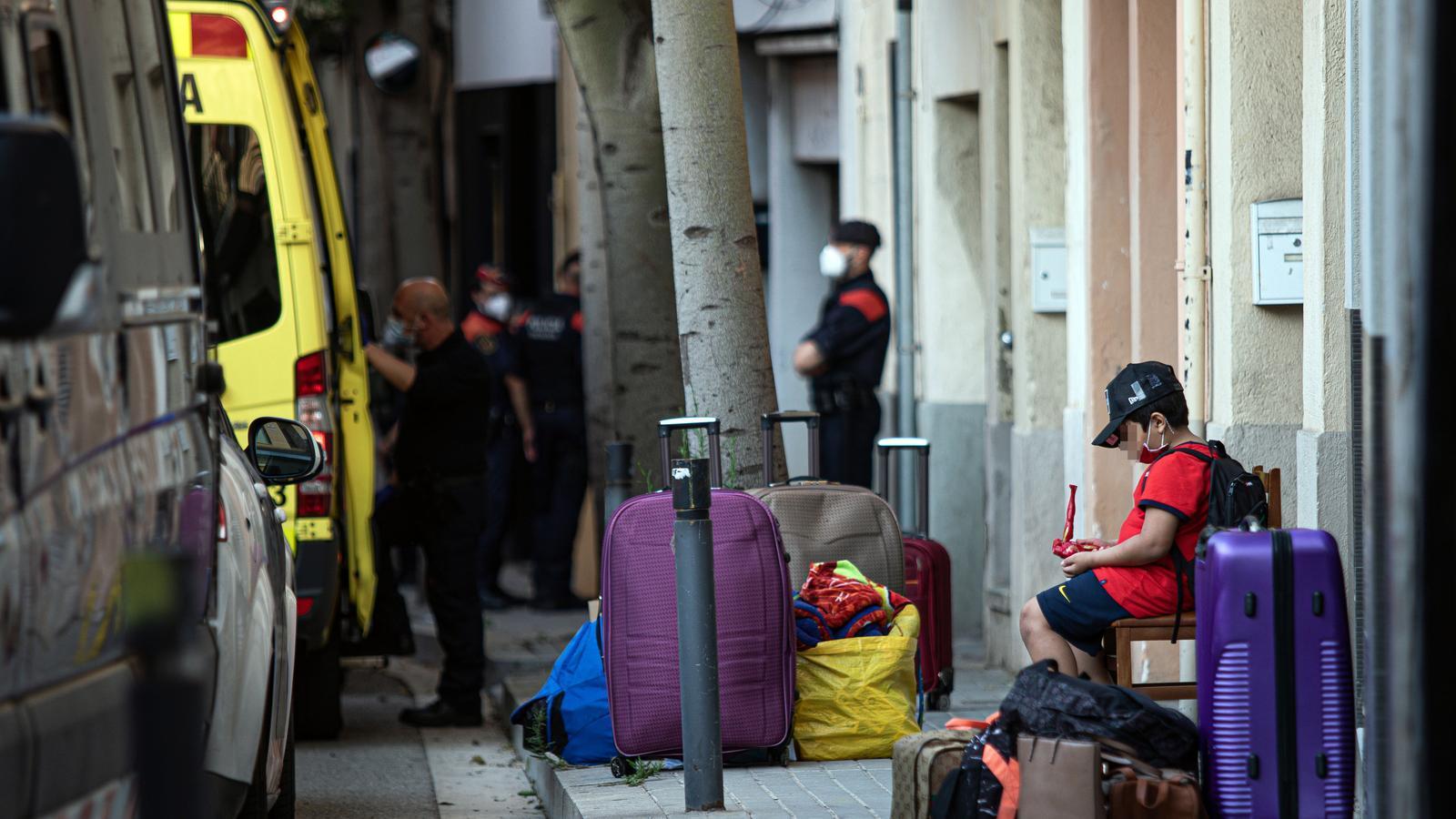 Un menor (amb la cara pixelada) a la porta de la que era casa seva, al carrer Sagunt, en el moment de ser desnonat