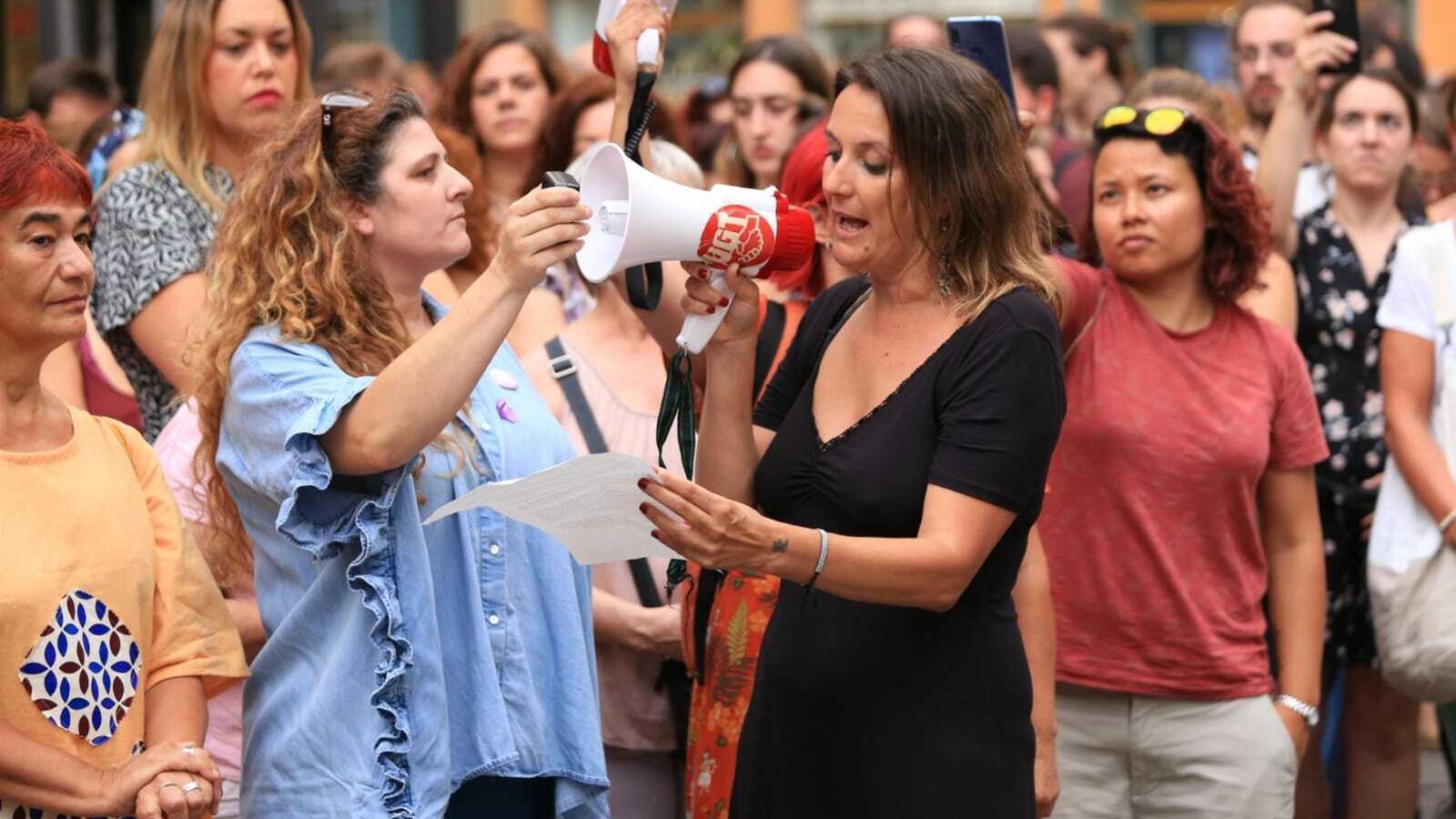 Concentració a la plaça de l'ajuntament convocada pel Moviment Feminista de Mallorca i Brilla Illes Balears