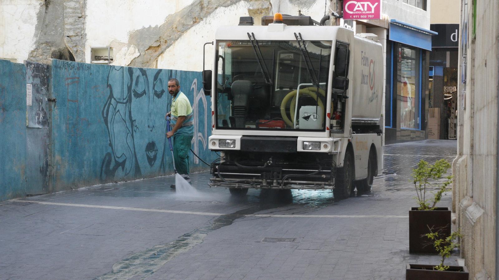 El servei de recollida de fems i neteja viària no s'aturarà, després de l'acord signat.