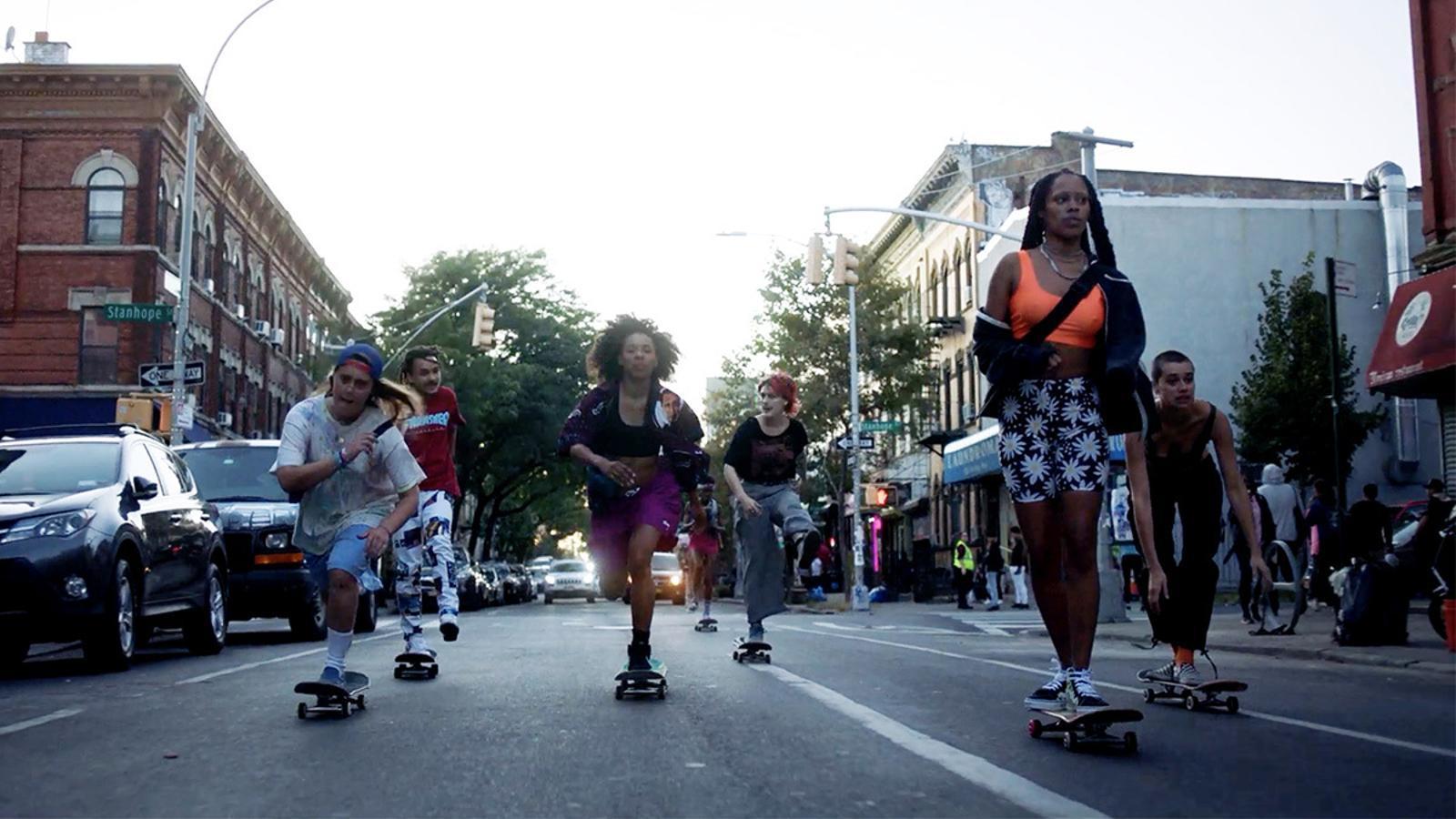 Les protagonistes de la sèrie 'Betty' patinant a Nova York.