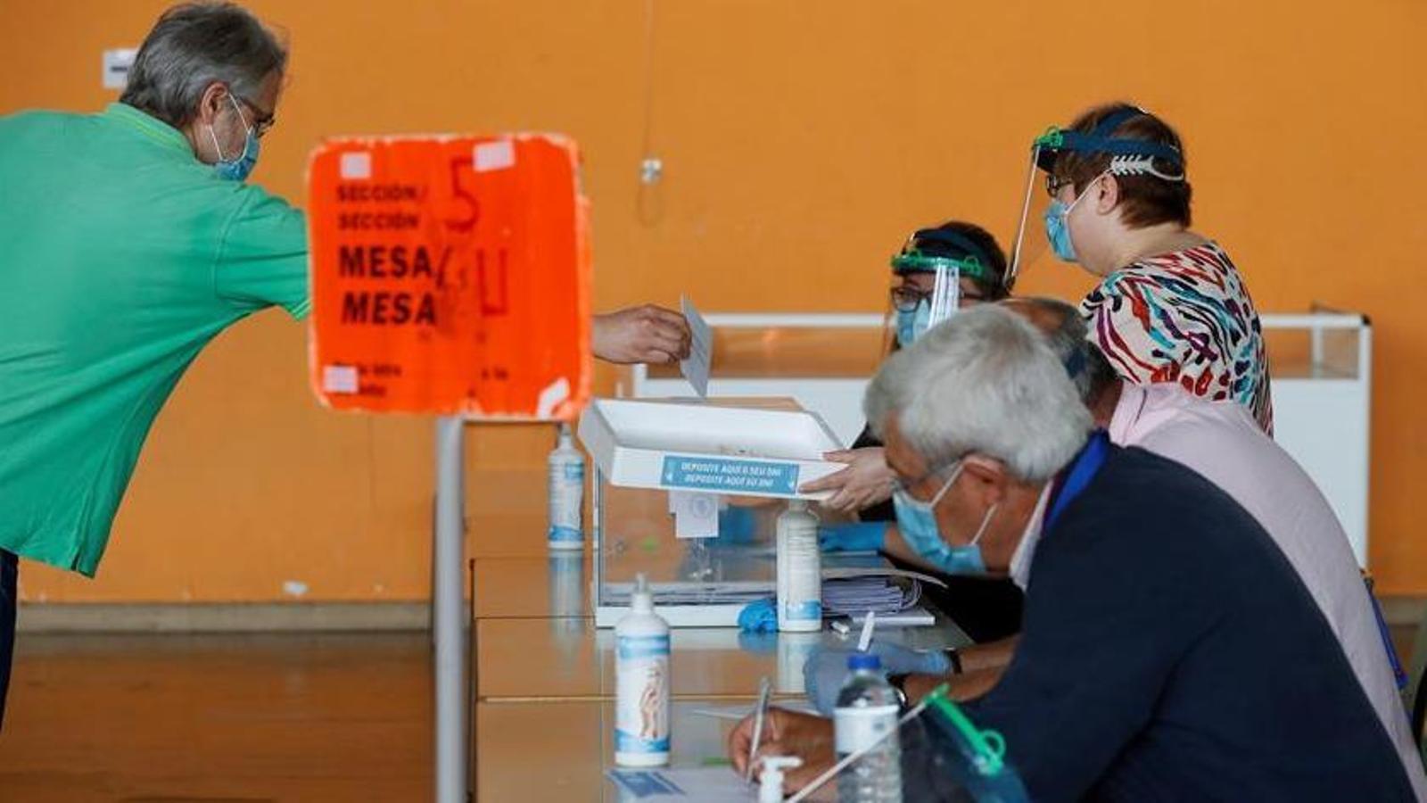 Un home vota amb mascareta en un dels col·legis electorals de Burela