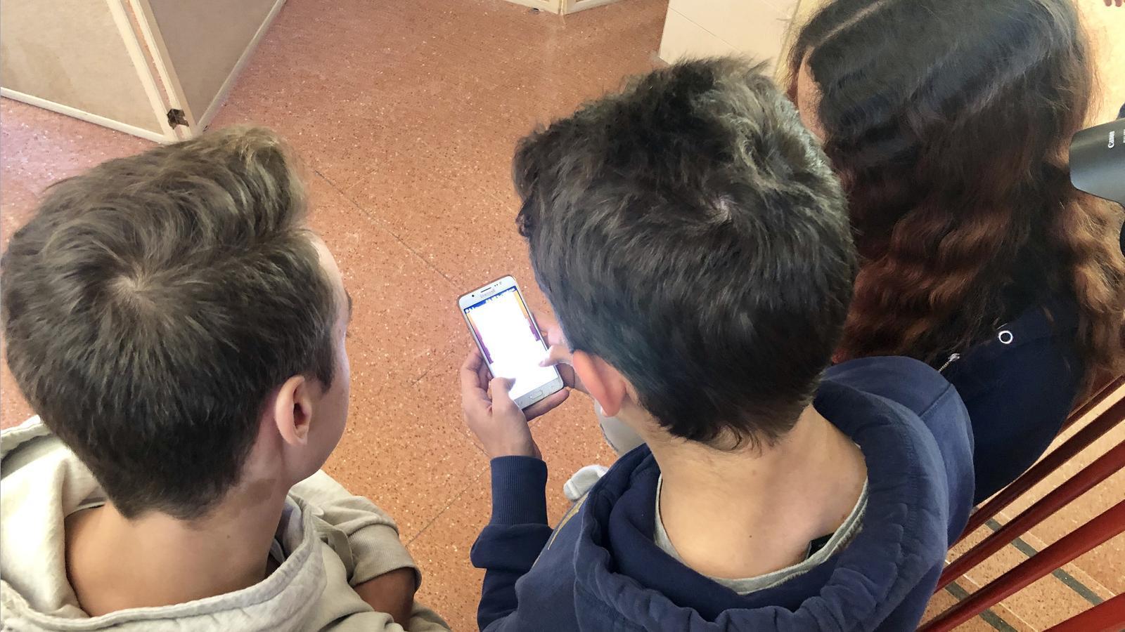 Alumnes amb el mòbil. / ANDORRA TELECOM