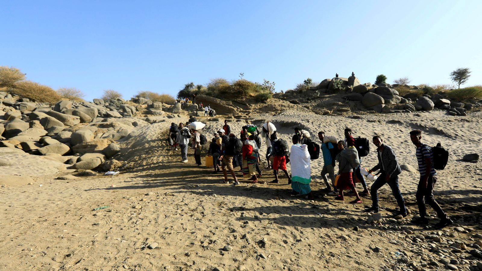 Un grup de refugiats etíops fugen de la regió del Tigre per arribar al Sudan.