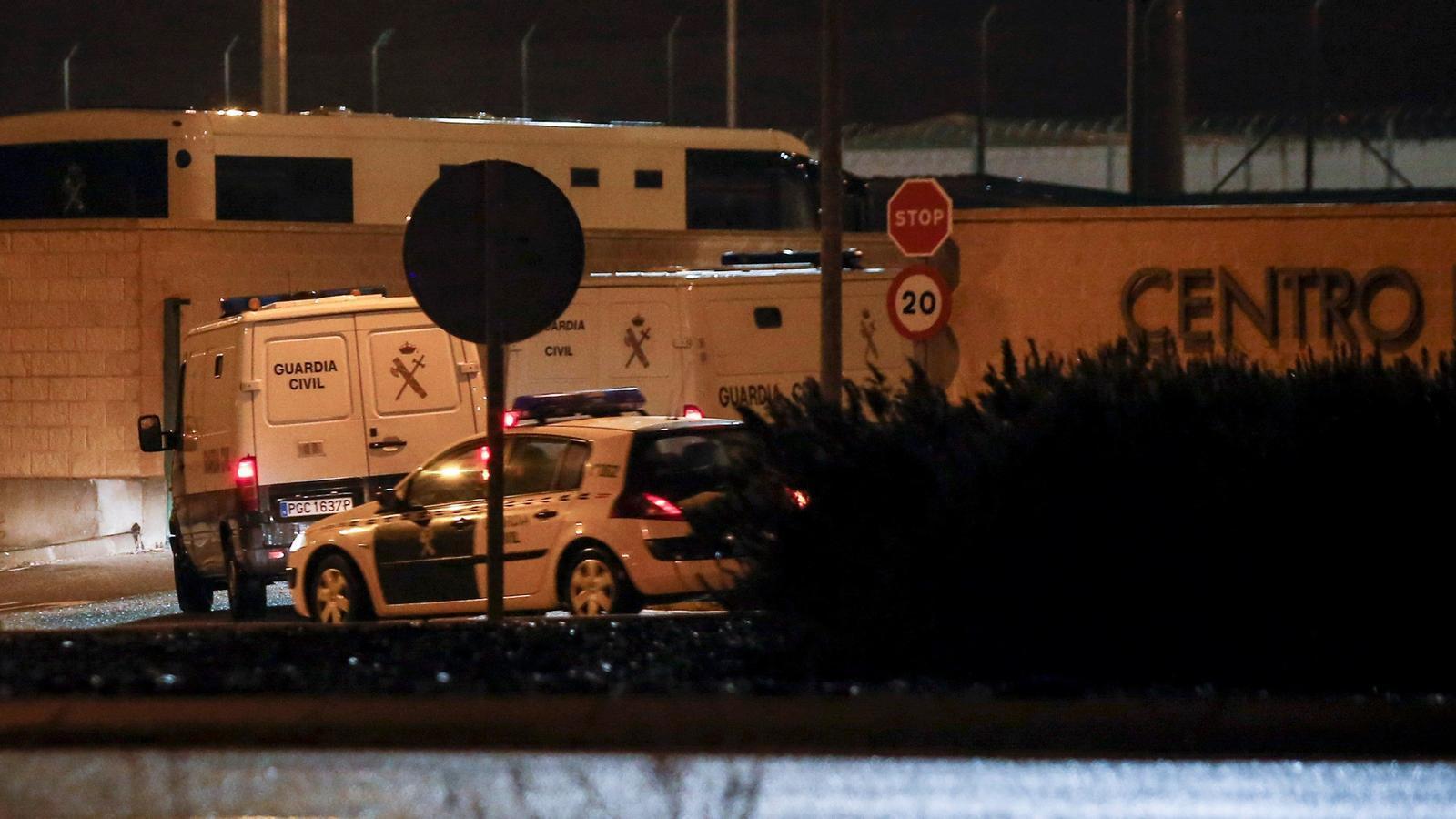Els furgons de la Guàrdia Civil que portaven Jordi Turull, Raül Romeva i Josep Rull a la presó d'Estremera, divendres a la nit
