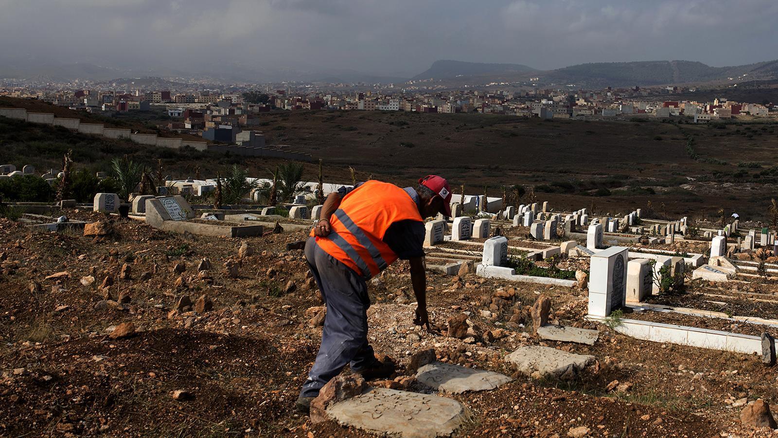 L'enterramorts del cementiri de Nador mostra les tombes dels migrants sense identificar