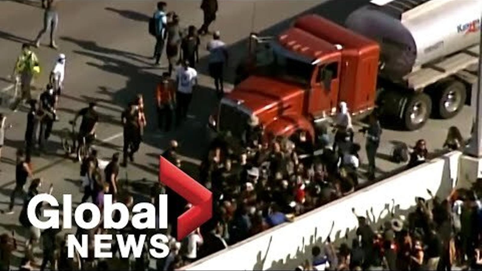 Un camió es llança sobre una manifestació a Minneapolis per la mort de George Floyd.
