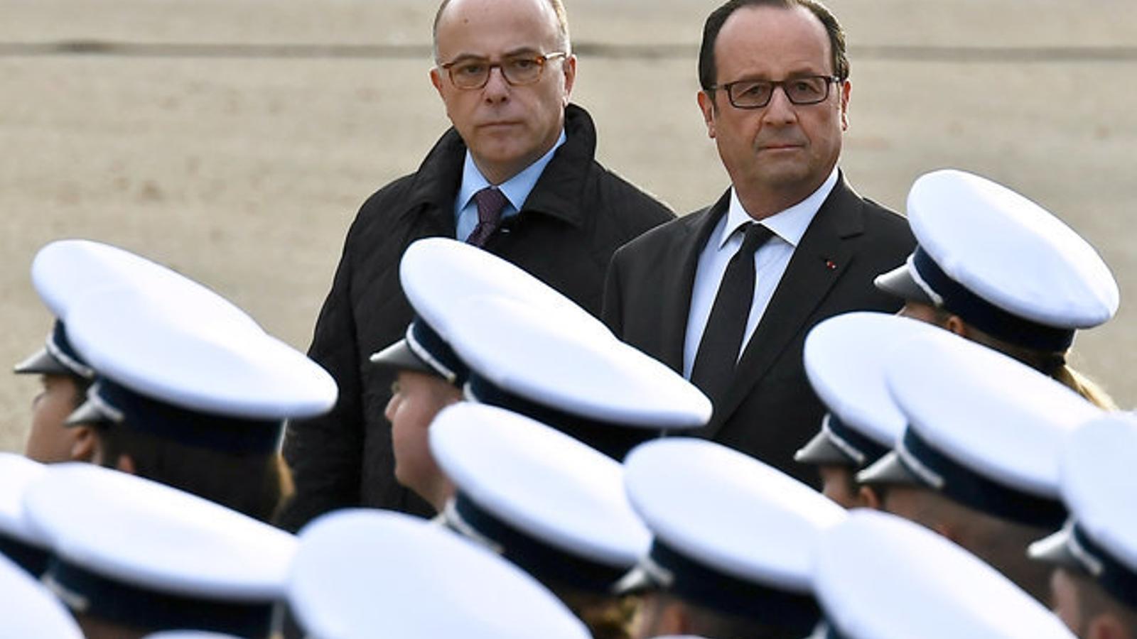 Cazeneuve passa revista el dia de la Policia al costat d'Hollande, en una imatge del 25 de novembre.