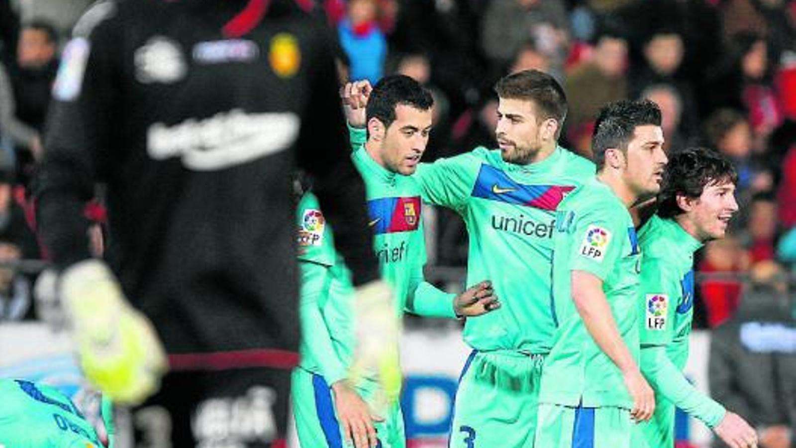 Piqué felicita Busquets per l'excel·lent assistència a David Villa en el segon gol del Barça ahir a Palma. / REUTERS