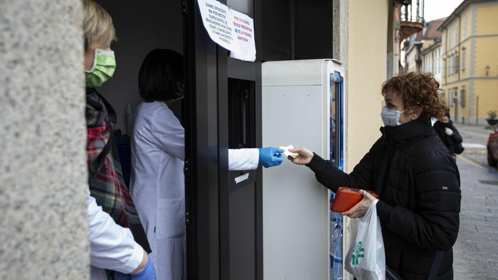 Una dona  a una farmàcia a Codogno, Itàlia,