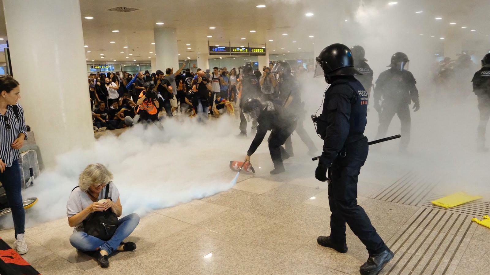 Els mossos utilitzen extintors per intentar dispersar la gent