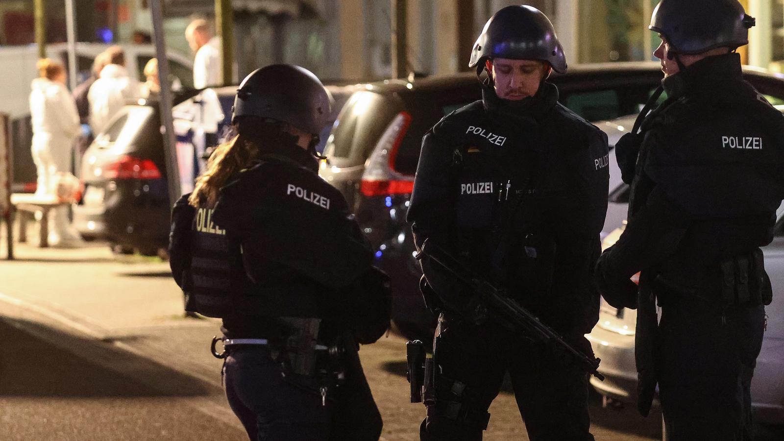 Agents de la policia en les immediacions d'un dels bars on ha tingut lloc l'atac
