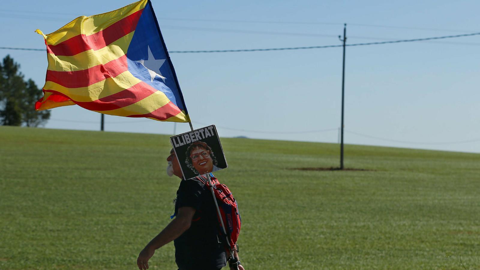 Un manifestant portant ahir una foto de Dolors Bassa.