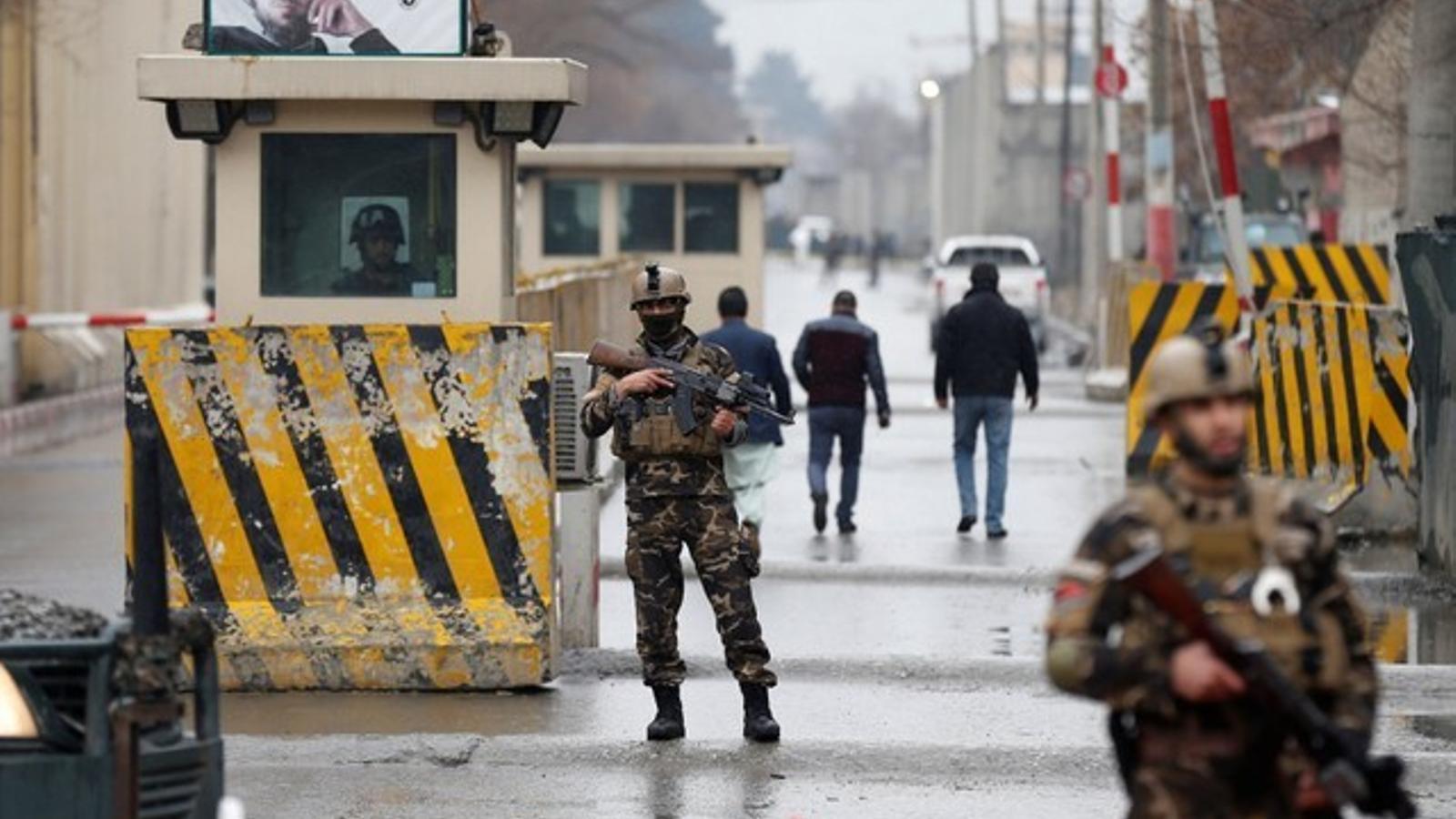Militars afganesos vigilen el barri de les ambaixades de Kabul.