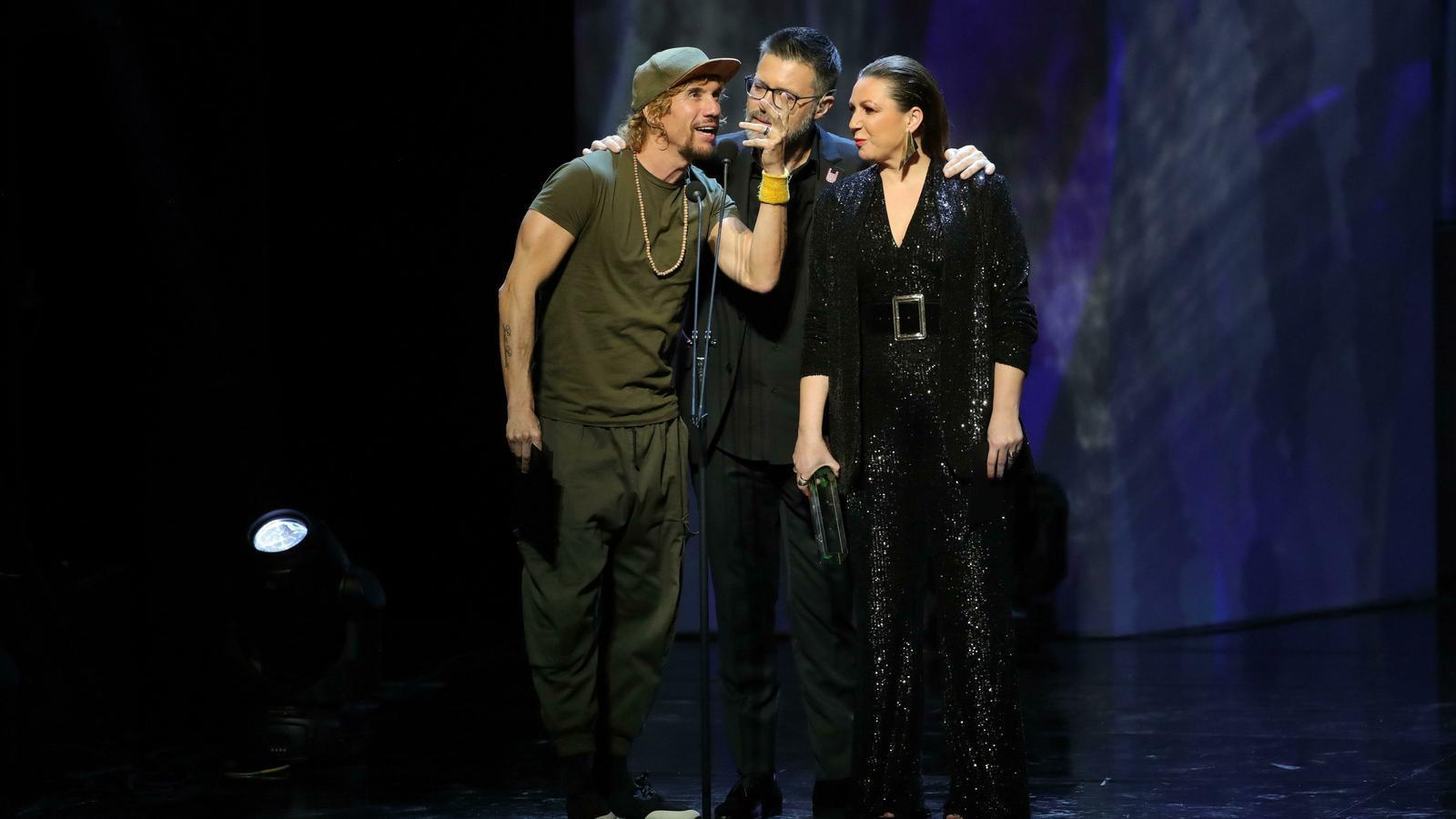 Els cantants Macaco i Niña Pastori amb Quequé, presentador de la gala
