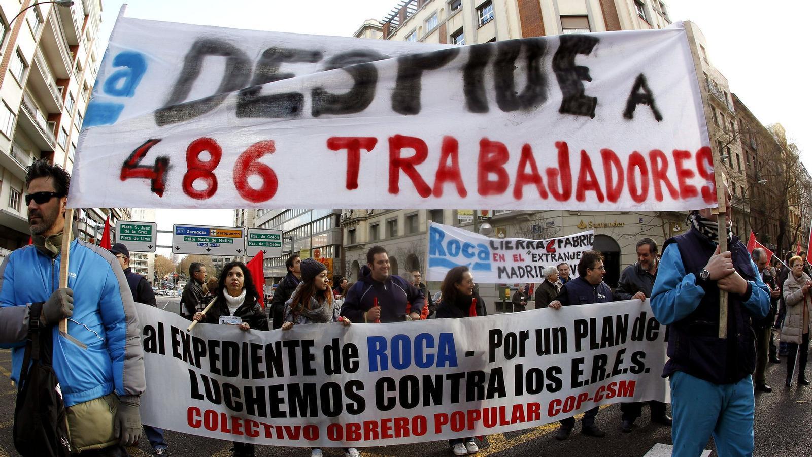 Protestes a madrid contra el tancament de la f brica de roca for Fabrica de sanitarios roca