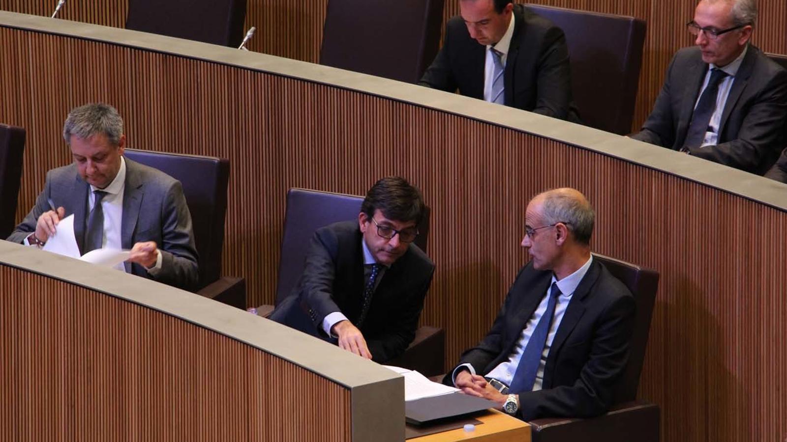 El ministre de Finances, Jordi Cinca, conversa amb Toni Martí / M.F. (ANA)